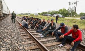 Epoch Times Border Uvalde Trains 510A7256 300x180 UNUEdb