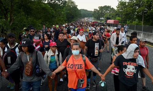 migrants20walking KYd3KB